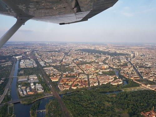 Rundflug über den Dächern Berlins